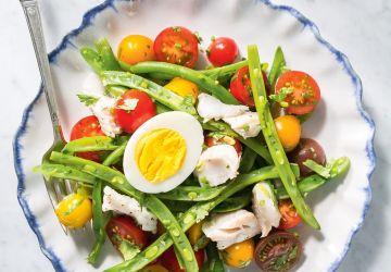 Salade de tomates, de haricots verts et d'aiglefin poché au vin blanc