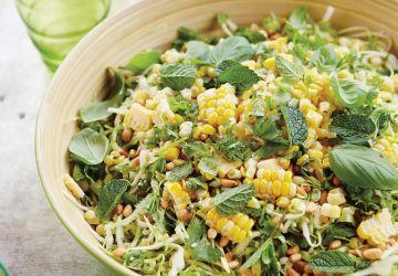 Salade de chou au maïs et aux herbes