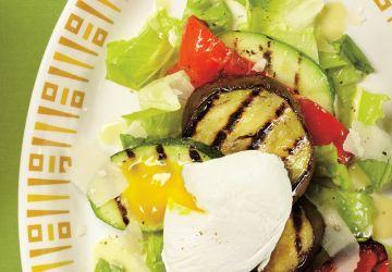 Salade de légumes grillés à l'oeuf poché