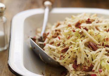 Salade de chou, de pommes et de pacanes