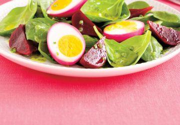 Salade d'épinards aux betteraves et oeufs marinés