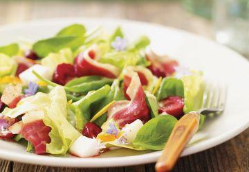 Salade tendre au canard fumé et aux cerises