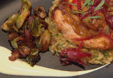 Suprêmes de poulet rôtis, choux de Bruxelles rôtis et risotto d'orzo