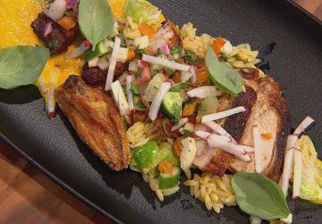 Suprêmes de poulet rôtis, salsa fraîche et sauce à la carotte