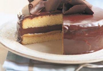 Gâteau à la vanille, au caramel et à la mousse au chocolat