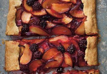Tarte rustique aux prunes et aux mûres