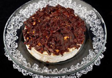 Brie farci aux tomates séchées, artichauts et olives