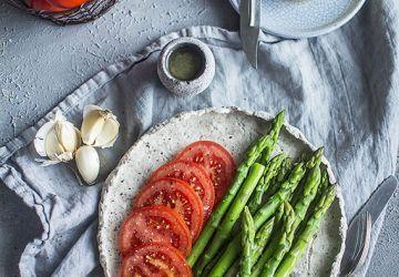 Asperges et tomates en vinaigrette
