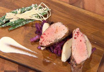 Filet de porc, tombée de chou rouge et sauce crémeuse à la poire