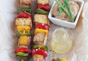 Brochettes de tofu et poivrons avec sauce aux arachides