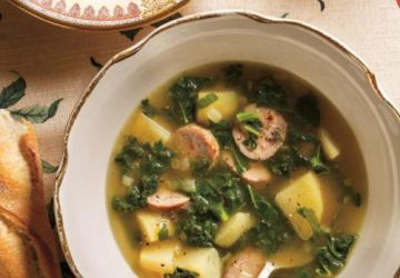 Soupe au kale, à la pomme de terre et à la saucisse