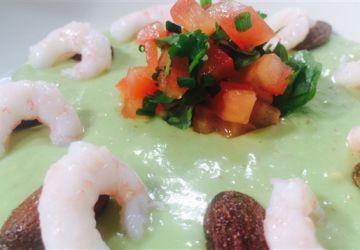 Gaspacho d'avocat aux amandes fumées et salsa de crevettes nordiques