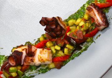 Pieuvre grillée sur salade tiède, condiment salmoriglio