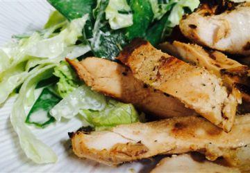 Poitrines de poulet marinées au yogourt, salade crémeuse de pois gourmands à la menthe