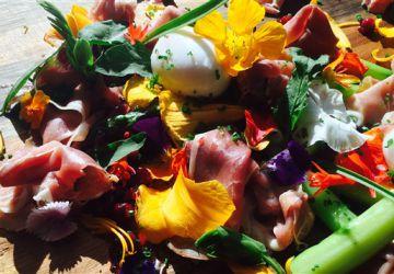 Asperges, œufs mollets, prosciutto et herbes marines