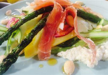 Salade d'asperges, oignons marinés et crémeux d'amandes avec prosciutto et fromage