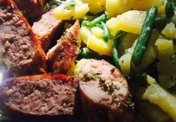 Salade de fèves et de pommes de terre, saucisses grillées au barbecue