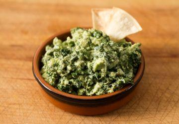 Gua-kale-mole (guacamole au kale) & chips de maïs