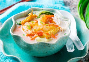 Soupe de poulet et crevettes au lait de coco