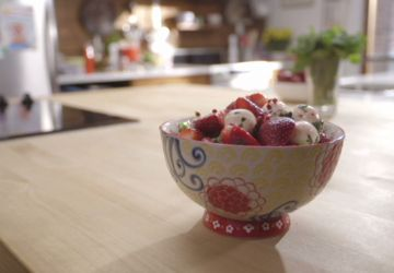 Salade de fraises et bocconcinis et limonade rose