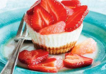 Petits gâteaux au fromage, aux fraises et au pamplemousse
