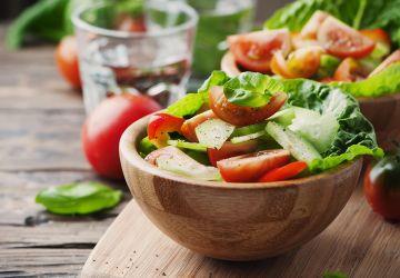 Salade de laitue, concombres et tomates