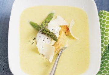 Crème d'asperges au parmesan et à l'oeuf poché
