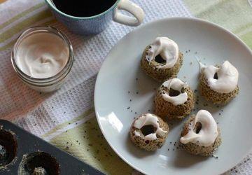 Beignes déjeuner santé aux graines de chia avec crème fouettée de coco