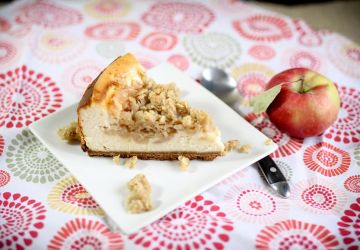 Gâteau au fromage avec garniture de pommes, caramel et crumble
