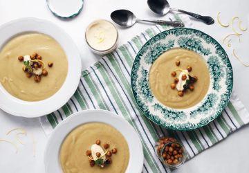 Potage de panais et oignons caramélisés, garniture de pois chiches rôtis et mascarpone au tahini