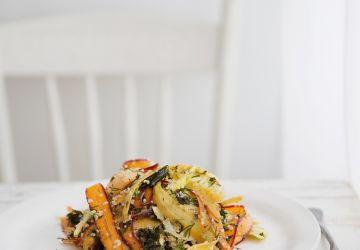 Salade de carottes multicolores à la lime, aux croustilles de kale et au quinoa