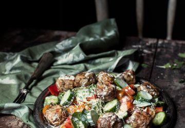 Salade tiède d'épinards, boulettes d'agneau & vinaigrette au féta