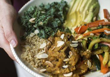 Bol de quinoa, compotée d'aubergine et légumes au miel
