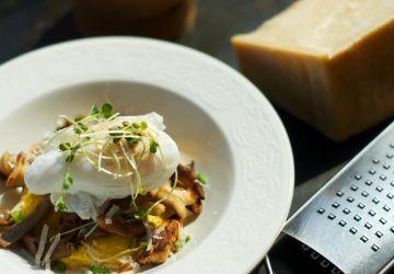 Polenta au parmesan avec champignons et oeuf poché