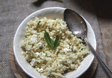 Salade de couscous aux pommes, fromage féta & herbes fraîches